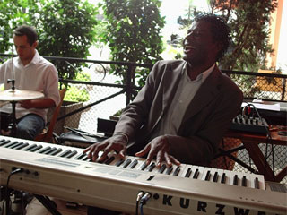 Café com Jazz da padaria Pão do Parque recebe o pianista Adão Monteiro